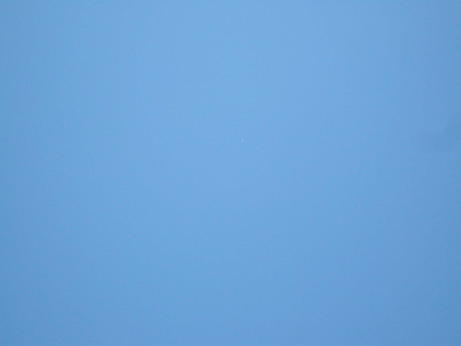 BAGHERIA FLOTTILLAS UFO 03.07.2010 BAGHERIA-PALERMO-SICILIA-ITALIA-03.07.2010 ORE 12.00 CIRCA FONTE LOREDANA DAINO-SI VEDONO 7 SFERE CON COLORAZIONI DIFFERENTI