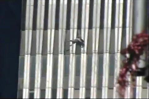 DRONE O UFO DURANTE L'ATTACCO AL WTC NEL 2001  DRONE EVOLUISCE AI LATI DELLE TORRI GEMELLE 2001