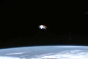 ENORME UFO RIPRESO DALLA I.S.S. 19 MAGGIO 2016
