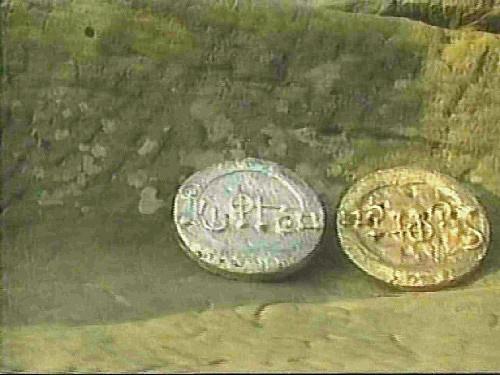 GRASDORF CROP CIRCLE E IL MISTERO DELLE PLACCHE DI METALLO 21 luglio 1991 foto 2 due delle tre placche ritrovate