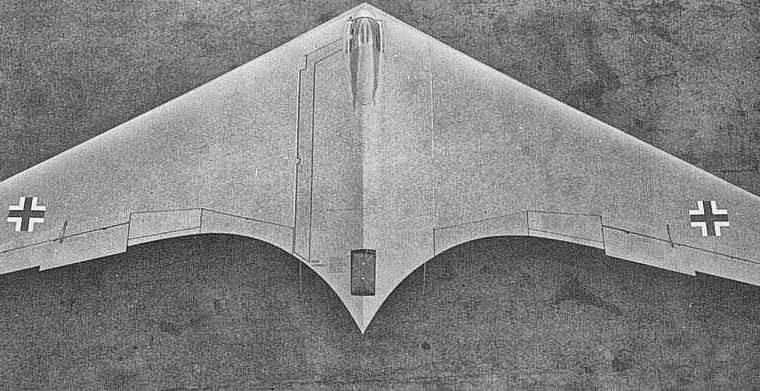 UFO O HORTEN HO229 RIPRESO DA SATELLITE MENTRE ESPELLE FASCIO DI LUCE