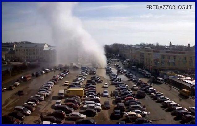 RUSSIA SMOLENSK GEYSER ESPLODE IN PIENO CENTRO 11.04.2013