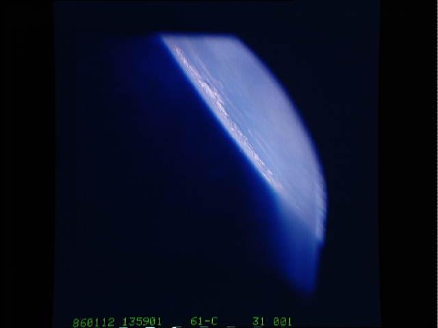 SORPRESE DAGLI ARCHIVI NASA FOTO UFO 1986 STS61C-31-1 PRIMO SCATTO DELLA MISSIONE COLUMBIA 12 GENNAIO 1086